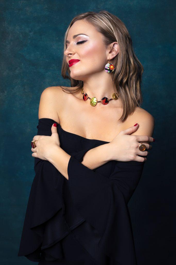 wizażystka Wrocław podczas wykonywania makeup'u do sesji zdjęciowej