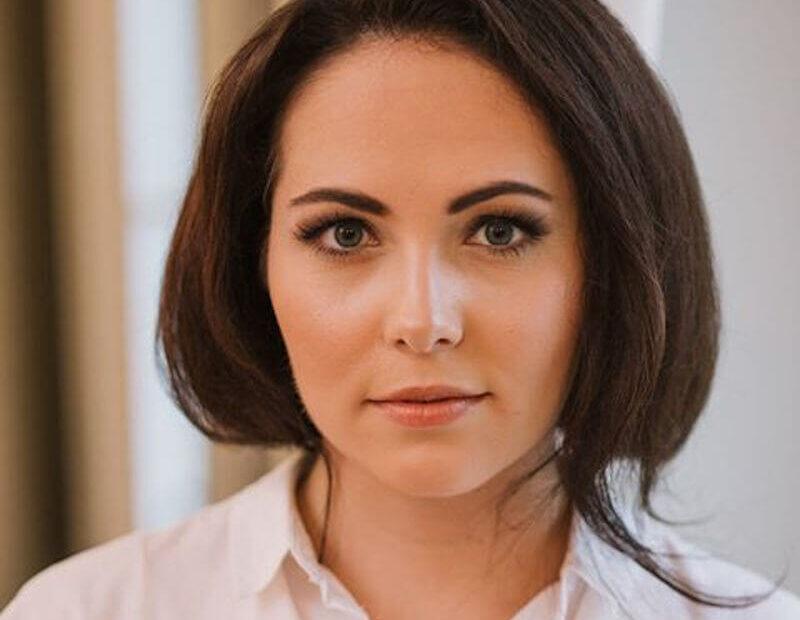 makijaż Wrocław młodej kobiety o ciemnych włosach i jasnej cerze