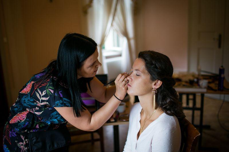 wizażystka podczas wykonywania makijażu z dojazdem