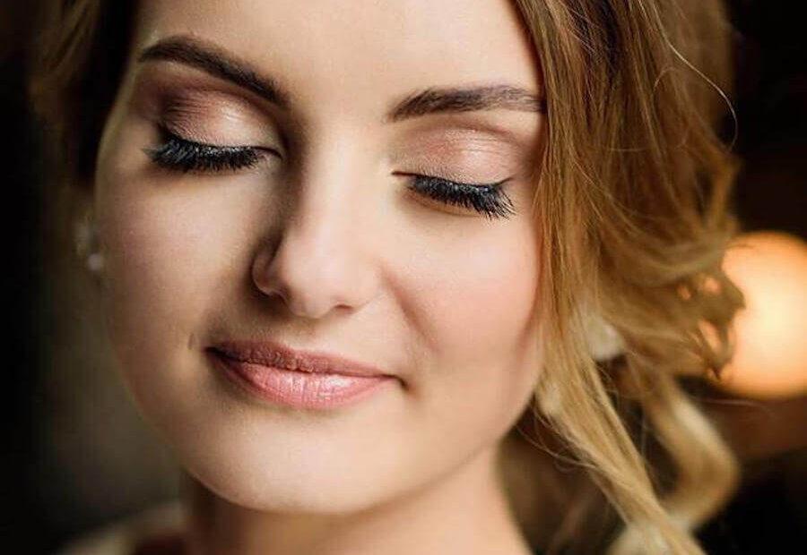 kobieta mając zamknięte oczy prezentuje swój make up