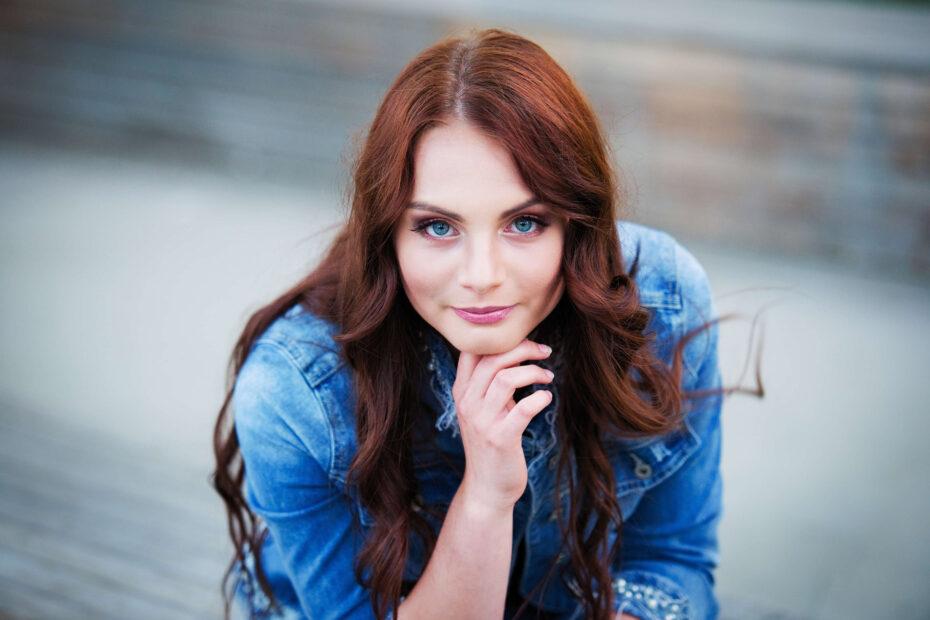 zdjęcie z wrocławskiej sesji fotograficznej przedstawia kobietę o rudych włosach i naturalnym makijażu