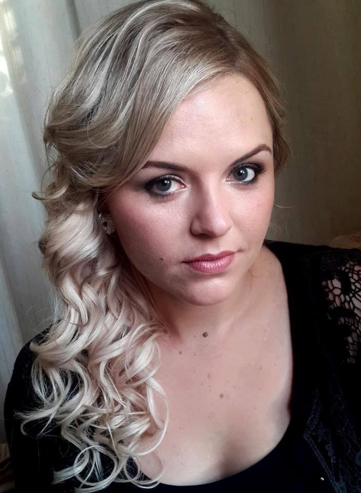 biznesowy makijaż, komponujący się z blond fryzurą. Makijażystka Wrocław postawiła na naturalny makijaż