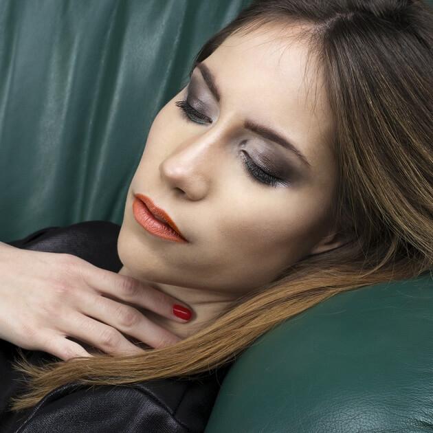 Profesjonalny makijaż, wykonany przez mobilną makijażystkę przy okazji sesji zdjęciowej
