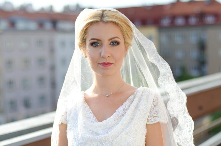 makijaż weselny podczas sesji fotograficznej na tle Wrocławia