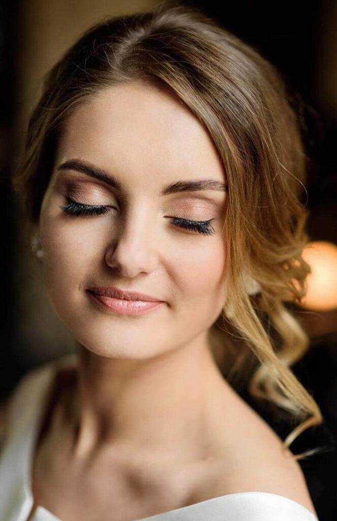 Wrocław i przykład makijażu ślubnego, kobieta z zamkniętymi oczami prezentuje makijaż oczu