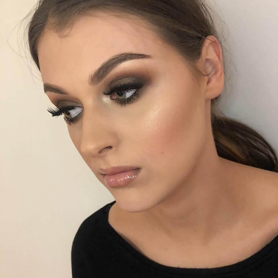 makeup wieczorowy młodej kobiety z mocnym podkreśleniem oczu