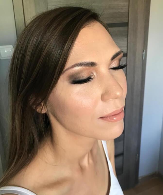 kobieta mając zamknięte oczy prezentuje make up Wrocław przy okazji przygotowań do ślubu